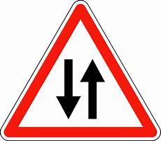route sens panneau de signalisation de circulation dans les deux sens
