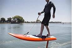 surfbrett mit motor jetfoiler surfen ueber dem wasser mustxhave