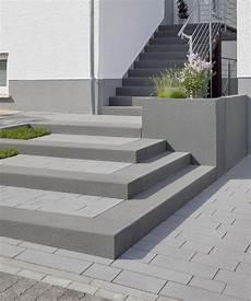 eingangsbereich au 223 entreppe rinn betonsteine und