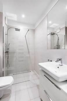 kleine badezimmer inspiration tips to make a small bathroom look bigger easy drain