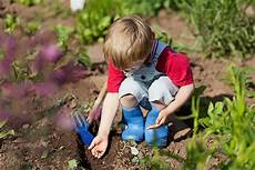 Arbeiten Im Garten - keep any active toddler busy with these ideas parenting