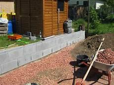Eine St 252 Tzmauer Aus Beton Schalungssteinen Zum