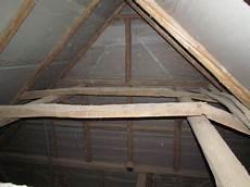 tragender balken im dachstuhl holz und deckenbalken