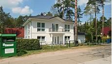 architektenhaus mit rechteckbalkon auf s 228 ulen als