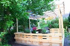 terrasse aus paletten mit dach diy academy