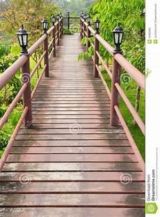 chemin bois jardin chemin en bois au dessus de jardin photo stock image du