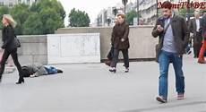 simuler un malaise hallucinant un homme fait un malaise dans la rue le regard des gens change totalement selon sa