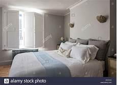 faretti in da letto elegante da letto con persiane di capesante e