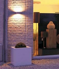 illuminazione casa esterno l esterno di un negozio illuminato da un applique con