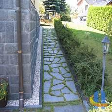 terrasse aus naturstein polygonalplatten mit rasenfugen