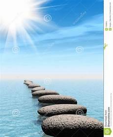 Wasser Und Steine - eine reihe der steine im wasser mit sonnelichtstrahl