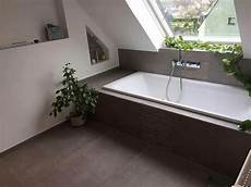 badewanne fliesen bilder badewanne unter dachschr 228 ge tolle fliesen dazu