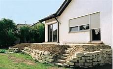 terrasse mit hang terrassenbeete auf hohem niveau terrasse garten