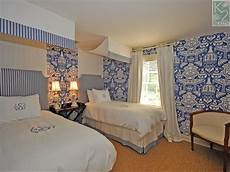 tapete blau schlafzimmer the glam pad beautiful blue and white bedrooms