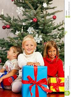Weihnachten Kinder Mit Geschenken Stockfoto Bild