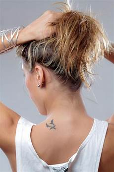 schulter frau klein small birds flying neck placement beautiful tatoo