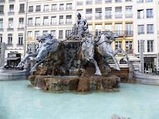 file fontaine place des terreaux lyon jpg wikimedia commons