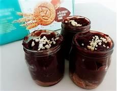 crema pasticcera al cacao amaro dolci al cucchiaio semplici e veloci barattoli con crema al cacao amaro biscotti e granella di