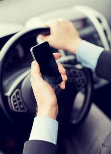 Mann Der Telefon Beim Fahren Des Autos Verwendet