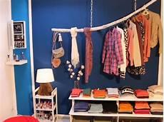 Alternative Zum Kleiderschrank - schwebende kleiderstange aus einem ast und ein einf