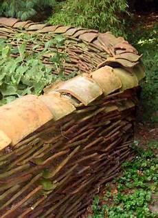 Alte Dachziegel Zu Einer Stehenden Mauer Im Garten