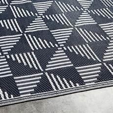 blauer teppich blauer outdoor teppich mit wei 223 en grafischen motiven