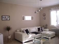 salon taupe et blanc peinture chambre taupe deco gris fille beige belge