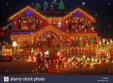 Haus Mit Weihnachtsbeleuchtung - haus in bayside new york mit sehr aufwendigen