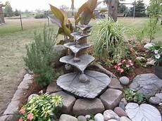 Selbstgemachter Gartenbrunnen Mit Beton Rhabarberbl 228 Ttern