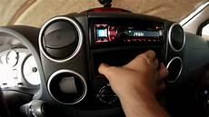 tableau de bord voiture offrant le chargement mobile par