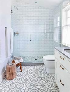 bodenfliesen fürs bad badezimmer ideen mit ornament fliesen grau