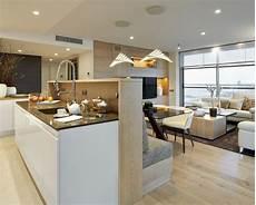 Wohnzimmer Mit Offener Küche - sitzbank und k 252 cheninsel mit gemeinsamer r 252 ckenwand