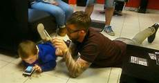 barber goes extra mile to conquer autistic boy s fear of haircuts bored panda