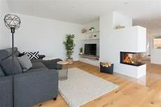 wohnzimmer modern im landhausstil mit kamin als raumteiler