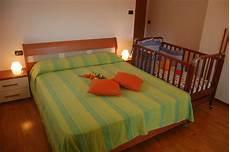 neonato in neonato in da letto joodsecomponisten