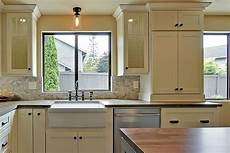 Kitchen Cabinet Knob Height by Learn How To Place Kitchen Cabinet Knobs And Pulls