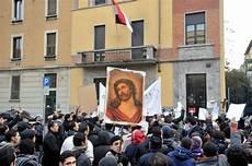 consolato egiziano foto tensione al consolato egiziano per il presidio dei