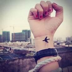 les 25 meilleures id 233 es de la cat 233 gorie tatouage avion sur
