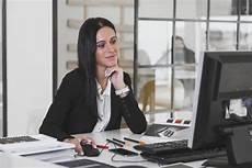 femme assise au bureau t 233 l 233 charger des