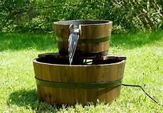 pumpe für brunnen gartenbrunnen springbrunnen holzbrunnen holz garten
