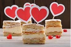 crema benedetta rossi con maizena pasta sfoglia crema deliziosa con i cuori rossi immagine stock immagine di confezione
