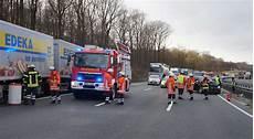 unfall a2 aktuell ausgebremst mercedes gel 228 ndewagen rammt leitplanke und