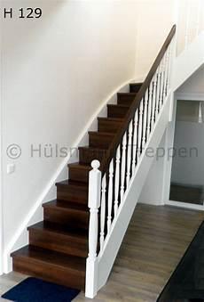 treppe holz weiß geschlossene holzwangentreppe stufen in nussbaum wangen