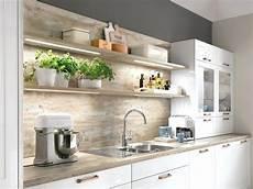 küchen grau weiß weisse kuche dunkle arbeitsplatte wandfarbe inspiration 1