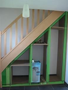 etagere sous escalier construire un placard sous escalier
