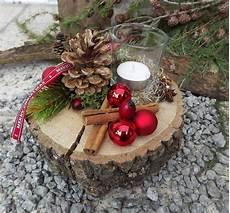 dekorieren mit holz weihnachten advent holz gesteck teelicht auf holzscheibe