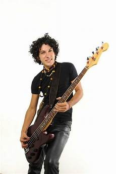 how to play a bass guitar best age to start bass guitar lessons musika education