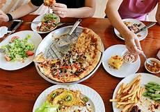 repas entre amis 1241 quoi faire quand on a trop mang 233 fra 238 chement press 233