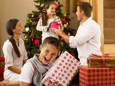 Familie Mit Geschenken Vor Weihnachtsbaum Stockbild Bild