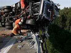 Lkw Fahrer Vor Absturz Br 252 Cke Gerettet Oesterreich